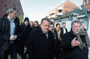 Der dänische Ministerpräsident Lars Lökke (Mitte) bei einer Begehung im Vorort Mjölnerparken. (Bild: Mads Rasmussen/EPA (Kopenhagen, 1. März 2018))