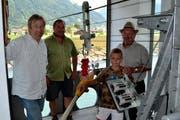 Sie sind mit der Messstation Swissli bestens vertraut; von rechts: Stationsbeobachter Fredi Kempf, Enkelkind Daniel, Sohn Walter und Hanspeter Hodel vom Bundesamt für Umwelt. (Bild: Georg Epp / Neue UZ)