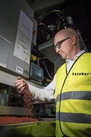 Urs Bachmann, Geschäftsführer der Bachmann Forming AG, bei einer Produktionsmaschine, wo aus Granulat Material für nachhaltige Verpackungen produziert wird. (Bild: Pius Amrein (Hochdorf, 28. Juni 2017))