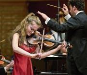 Gerade 16 geworden und eine musikalische Attraktion: Noa Wildschut. Rechts LSO-Dirigent James Gaffigan.