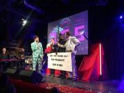 """Der Kick Ass Award für den besten Song 2017 geht an """"TonTonshit"""" von The Youngest. Als Sieger gewinnt er den Wanderpokal """"Knut"""" und ein Preisgeld von rund 3000 Franken. (Bild: Roman Hodel (Luzern, 10. Januar 2018))"""