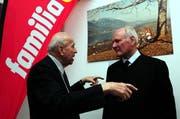 Der erste Geschäftsführer der Bio Familia Caspar Arquint (links) im Gespräch mit Klaus Hipp von der Eigentümerfamilie anlässlich der Eröffnung des Neubaus 2010. (Bild: Archiv / Neue OZ / Robert Hess)