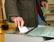 Stimmbürger an der Urne. Bild Remo Inderbitzin/Neue LZ (Archiv)