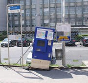 Der stark beschädigte Ticketautomat der vbl in Emmenbrücke. (Bild: Luzerner Polizei)