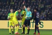 Schiedsrichter Tony Chapron zeigt Nantes-Verteidiger Diego Carlos die rote Karte. (Bild: Eddy Lemaistre/EPA)