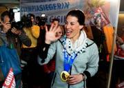 Goldmedaillengewinnerin Dominique Gisin wird nach ihrer Ankunft am Flughafen Zürich Kloten frenetisch begrüsst. (Bild: Keystone)