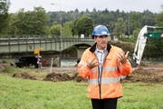 Bauleiter André Bättig am Spatenstich vom Montag. Im Hintergrund die alte Brücke, die ersetzt wird. (Bild: Manuela Jans / Neue LZ)