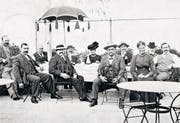 osef Hug-Meyer (Mitte) 1912 bei einem Ausflug des Bäckereimeister-Verbandes Luzern. Rechts ist sein Sohn Josef Hug-Schmid. (Bild: Bäckerei Hug, Firmenarchiv, Littau)