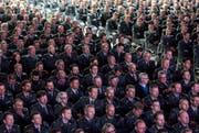 Offiziere lauschen den Ausführungen von Korpskommandant Aldo C. Schellenberg. (Bild: Keystone / Alexandra Wey)