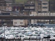 Die Konsumentenschützer wollen von VW und Amag Schadenersatz wegen der manipulierten Messwerte bei Abgastests. (Bild: KEYSTONE/GAETAN BALLY)