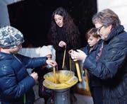 Kerzenziehen übt auf Kinder und Erwachsene eine gewisse Faszination aus. (Bild: Werner Schelbert (Baar, 7. Dezember 2017))