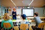 Michelle Gsteiger unterrichtet Schüler an der privaten Zeit-Kind-Schule an der Hirschmattstrasse in Luzern. (Bild Philipp Schmidli)