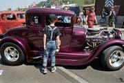 Lior Maurer schaut sich einen Ford an. (Bild Nadia Schärli)
