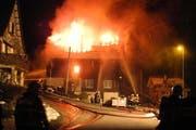 Beim Eintreffen der Einsatzkräfte brannte es bereits lichterloh. (Bild: Kantonspolizei Schwyz)