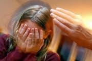 Neu sollen nicht nur Lehrer das Recht haben im Verdachtsfall Meldung zu machen. (Symbolbild / Keystone)