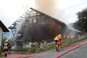 Die Einsatzkräfte schützen das nahe gelegene Haus und bekämpfen das Feuer im Stall. (Bild: Kantonspolizei Schwyz)