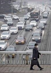 Mehr Elektroautos sollen helfen, den Smog in China zu verbannen. (Bild: Qilai Shen/Getty (Peking, 6. Januar 2017))