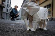 Der Luzerner Origami-Künstler Sipho Mabona mit einem Modell des aus einem Stück gefertigten Elefanten. (Bild: pd / Philipp Schmidli)