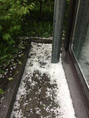 Es hat sichtlich gehagelt: Eine weisse Körnerschicht im Garten unserer Leserbild-Reporterin. (Bild: Leserbild Sandra von Holzen (18. Juli 2017, Engelberg))