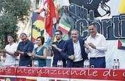 Gilles Simeoni (ganz rechts) und Jean-Guy Talamoni (daneben) an einer Wahlveranstaltung. (Bild: AFP)