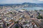 Blick aus der Luft auf das Zentrum der Stadt Luzern mit Bahnhof und Neustadtquartier. (Bild: Aura/Emanuel Ammon)