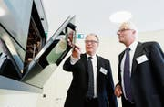 Jürg Werner, CEO, und Daniel Keist, Finanzchef (v. l.) von Metall Zug gestern im Zugorama. (Bild: Stefan Kaiser (Zug, 23. März 2017))