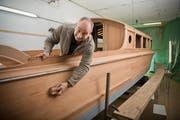 Roger Schilter bei der Arbeit an der Jacht Meggenhorn in einer Scheune in Mettmenstetten. (Bild: Dominik Wunderli / Neue LZ)