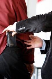 Ein Trickdiebkünstler verrät der Stadtpolizei die Tricks der Taschendiebe. (Bild: ALESSANDRO DELLA BELLA (KEYSTONE))