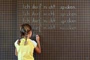 Früh lernen Schüler, dass Spicken nicht erlaubt ist. Wenn es jedoch um die Matura geht, werden Vorsätze schnell über den Haufen geworfen, wie der aktuelle Fall in Sursee zeigt. (Archivbild Neue LZ)