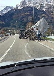 Auf der Seedorferbrücke kippte ein Anhänger um. (Bild: Leserbild Alois Furrer-Truttmann)