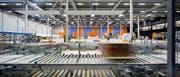 Blick in die zentrale Kommissionierhalle: Hier werden Artikel aus den automatisierten Lagerbereichen zu kundenspezifischen Aufträgen zusammengestellt. (Bild: PD)