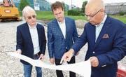 Studieren den Plan der neuen Mercedes-Garage in Steinhausen: Erich Meyer, Mike Alkier und Marcel Guerry (von links). (Bild: Charly Keiser)