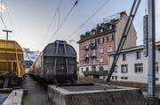 Im rosafarbenen Gebäude hat die Gruppe «Rosa Lavache» eine Wohnung besetzt. (Bild: Nadia Schärli (Luzern, 3. Januar 2018))