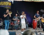 Die Zuger Band Rundfunk lockte viele Besucher auf den Festplatz am Ägerisee. (Bild: Stefan Kaiser (Oberägeri, 14. Juni 2017))