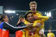 Die Luzerner Verteidiger Florian Stahel (oben) und Tomislav Puljic, hier beim Cupfinal in Basel. Wer erhält nochmals einen neuen Vertrag? (Bild: Philipp Schmidli)