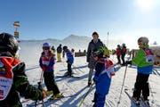 Kann sich derzeit über beste Schneeverhältnisse freuen: Christa Wettstein, Geschäftsleiterin der Sportbahnen Marbachegg, inmitten einer Skischule. (Bild Nadia Schärli)