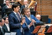 Versöhnung nach dem Streit: Die Klarinettisten Stojan Krkuleski und Christoffer Sundqvist im Doppelkonzert von Siegfried Matthus. (Bild: I. Höhn)