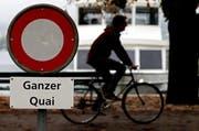 Am Zuger Quai gilt Fahrverbot – trotzdem fahren viele Velofahrer am See entlang, anstatt die Velowege zu nutzen. (Archivbild Neue LZ)