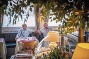 Senioren im Café Zentrum Neugasse in St. Gallen: Dass sie die 70 Franken nicht erhalten werden, stört kaum einen der Rentner. (Bild: Urs Bucher (29. August 2017))