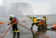 Beim Tanklager des Bundes wird eine Explosion mit Brandfolge simuliert. (Bild: ild: Werner Schelbert (Rotkreuz, 29. Oktober 2016))