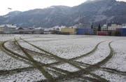 Der verwüstete Fussballplatz am Nordring in Siebnen. (Bild: Kantonspolizei Schwyz)