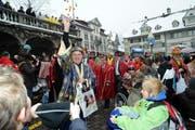 Tony Dettling wirft beim traditionellen Gang über den Hauptplatz vor der Japanesen-GV Feuersteine aus. (Bild Erhard Gick/Neue SZ)