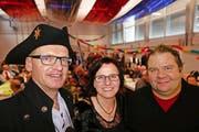 Das Zunftmeisterpaar Hermann und Monika Wipfli sowie Zunftpräsident Thomas Gisler (rechts) sind mit der Dorffasnacht sehr zufrieden. (Bild Christoph Näpflin)