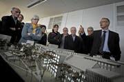 Werner Häller, Geschäftsleiter der Monosuisse AG, erläuterte an einer öffentlichen Führung im Oktober 2012 die Pläne der Viscosistadt. (Bild: Pius Amrein / Neue LZ)