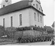 Schwyzer Landsturm-Infanteristen samt Musik 1893 vor der imposanten Pfarrkirche St. Verena in Wollerau. (Bild: Staatsarchiv Schwyz)