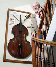 Geni Häusler hat dem alten Chamer Kontrabass zu einem würdigen Platz verholfen. Er hängt ausgestellt im Treppenhaus des Spritzenhauses. (Bild: Stefan Kaiser)