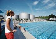 Direkt neben den Grosstanks vergnügen sich die Badegäste im Schwimmbecken. Nina Tornow, stellvertretende Badmeisterin, hat das Geschehen im Blick. (Bild: Stefan Kaiser (Rotkreuz, 17. Juli 2017))