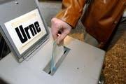Jede Stimme zählt: Einwurf in eine Abstimmungsurne. (Bild: Archiv Neue LZ)