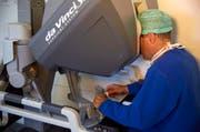 Der zukünftige Chefarzt Urologie Agostino Mattei, hier bei der Arbeit, ist ein Experte der Roboterchirurgie. (Bild: PD)