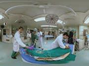 Ärzte kämpfen um das Bein eines Schwerverletzten - und werden dabei in der 360-Grad-Perspektive gefilmt. Das Resultat und mehr ist im Bourbaki Panorama zu sehen. (Bild zvg) (Bild: zvg)